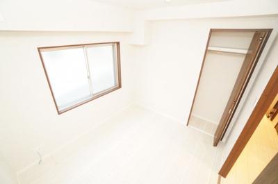 【中部屋洋室約4.8帖】 居室にはクローゼットを完備し、 自由度の高い家具の配置が叶うシンプルな空間です。 お子様の成長と必要になる子供部屋にするには ぴったりの間取りですね。
