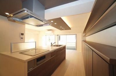 【アイランドキッチン】 まるで戸建のようなシステムキッチン。 ハウステック社製のキッチンは、機能が豊富! ・IHクッキングヒーター ・ハンドシャワー水栓 ・一度に5人分の食器が洗える食器洗い乾燥機。
