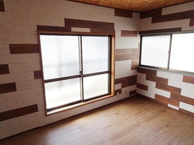 バルコニーに面した明るい洋室