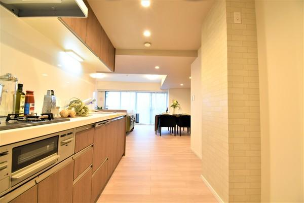 お天気のいい日は電気をつけなくても明るいキッチン! 収納が多く・充実した設備で助かります!