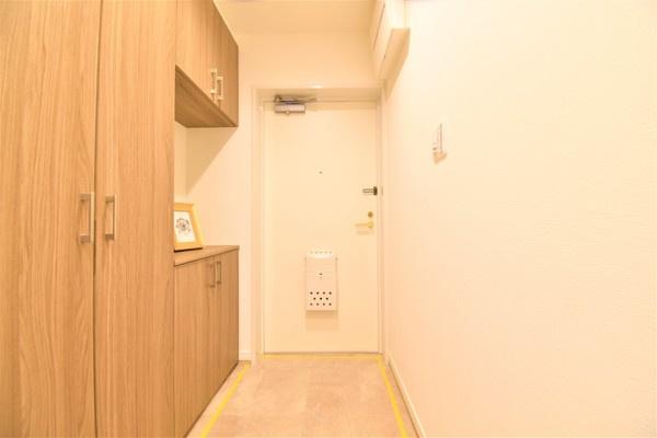 広々した収納豊富な玄関です♪ この明るい玄関が気持ちよく家族を迎え入れます。