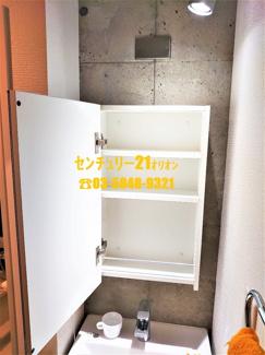 洗面鏡を開くと収納スペースです