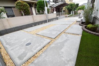十分なスペースが確保されたカースペースは2台分。車通りも少なく奥様も安心して駐車出来ます。