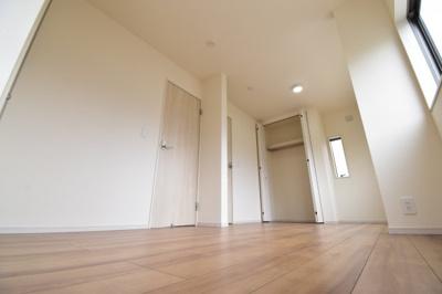 約8.2帖の洋室は将来お子様の成長に合わせて2部屋に変更可能です。ライフスタイルに合わせた間取り。