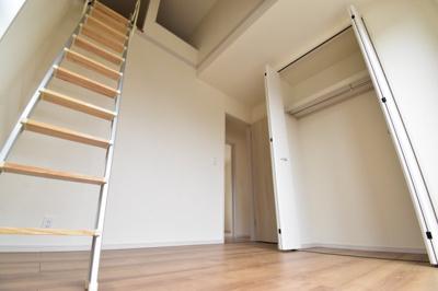 約4.5帖の洋室。上部はロフトスペースで吹き抜けになっているので開放感がございます。