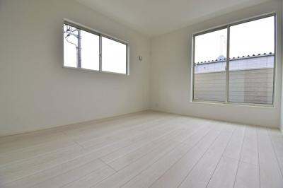 約7帖の洋室。南向きの為、明るく気持ちよい風が吹き込みます。