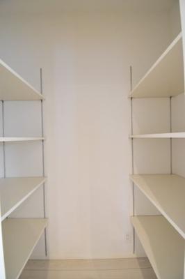 キッチン横にはパントリースペースを設置。両面に可動式の棚がございますので物を選ばず収納力豊富。