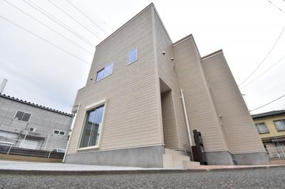 収納豊富な充実設備搭載の3LDK邸宅。カースペース2台分とゆとりある土地もポイントです。