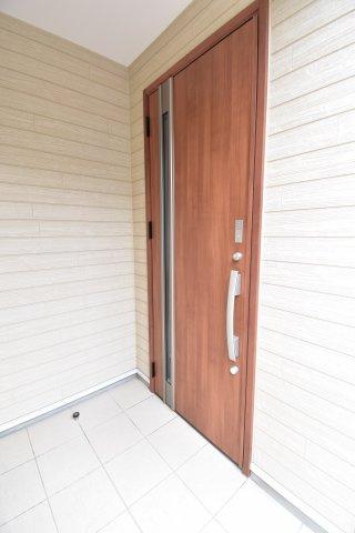 遮音性・気密性に優れた玄関ドアは大切な家の顔。脱着式サムターンなど防犯面でも活躍してくれますよ。