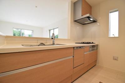 求めたのはシンプルなデザイン美と使い勝手の良い機能美。食洗機付きのシステムキッチン。