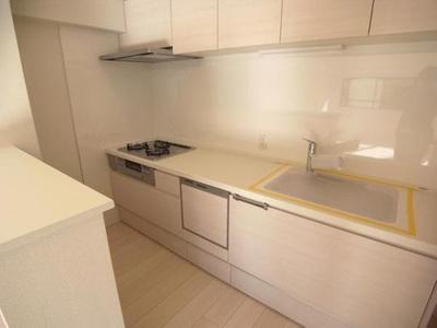 システムキッチン新規交換済、収納もしっかりとあります。