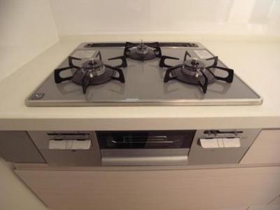同時に複数の料理を作れる3口コンロで作業効率アップ。