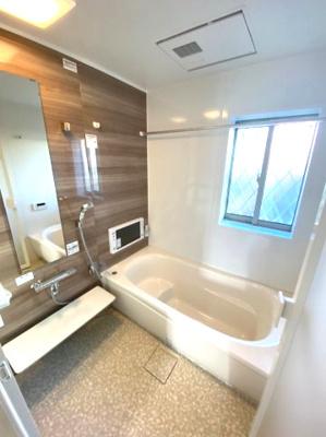 ゆったり寛げる1坪タイプのシステムバス。ゆとりを感じられる広さです。お子様と一緒にバスタイムを楽しめる広々空間。バスルームは、シンプルで清潔感があります。