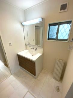 小窓があるので換気もできます。洗面所も明るく清潔感あります朝の忙しい時間に嬉しいシヤンプードレッサー