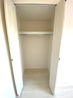 居室に収納スペース、充実しております。クローゼットが設置されているので収納力も十分です。収納、 広い収納は奥様にとってお掃除も少し楽になりますね、お部屋をすっきりさせます。