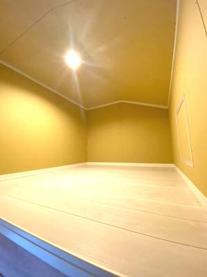 屋根裏収納、大きな物も季節により出し入れもできますね。