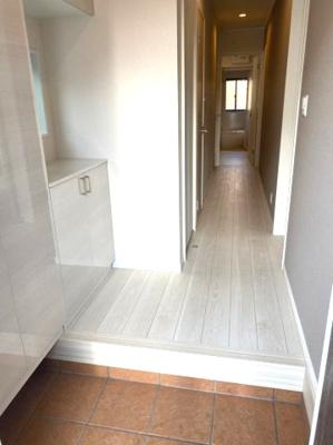 シンプルで使いやすい玄関です。収納もある玄関でシューズ靴、収納スペース豊富です。