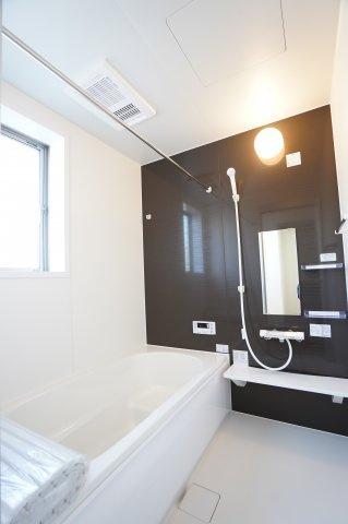 浴室暖房乾燥機のあるお風呂でいつも快適に入れます。広いお風呂で家族一緒に入れますよ。