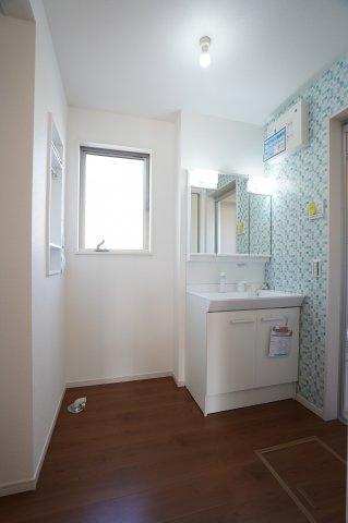 広い洗面所に棚収納と床下収納があります。窓があり明るい洗面所ですね。