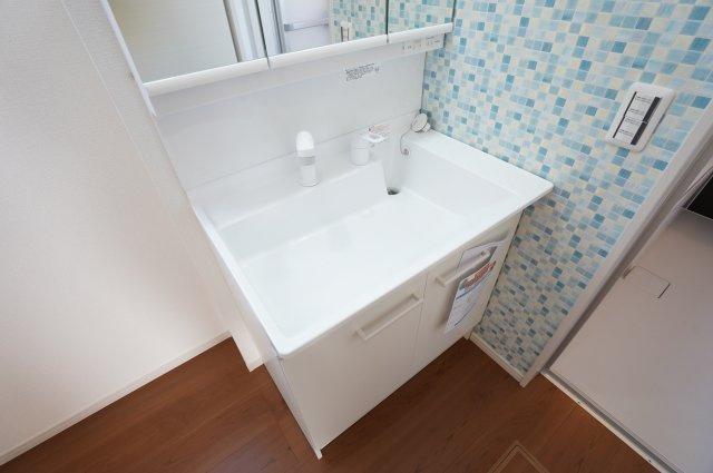 広い洗面台で寝癖直しも簡単にできますよ。温水シャワー付洗面台があり便利ですね。