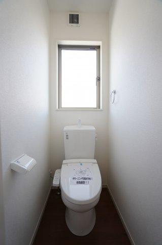 温水洗浄便座の1階トイレです。窓があり明るいトイレですね。