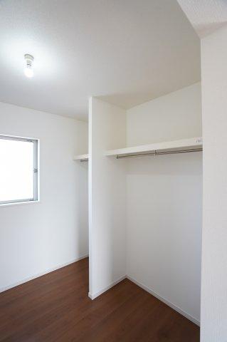 大容量のWICは季節外の服も収納することができ、とても便利です。物を一ヵ所に収納できるのでお部屋もすっきり片付きます。