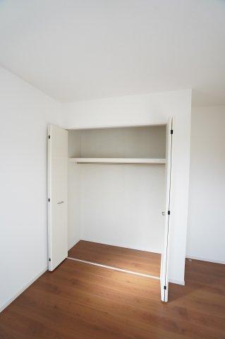 棚とパイプが設置されたクローゼットは、コートやスーツもしわにならずに収納できますよ。