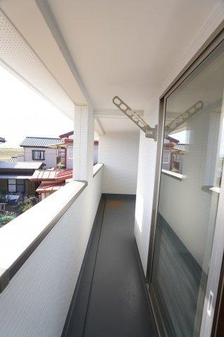 寝室前のインナーバルコニー部分です。バルコニーは寝室と洋室から出られます。