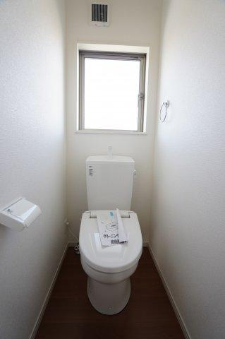 2階トイレも温水暖房便座でいつも快適に使えます。