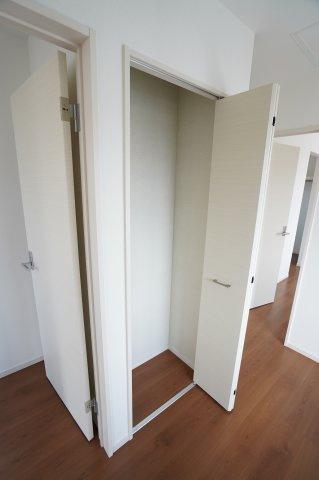2階廊下収納があって便利ですね。日用品のストックや掃除機など収納できます。