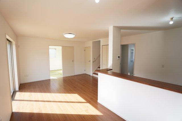 対面式キッチンでお料理しながらリビング、和室、階段に目が届き安心できますね。