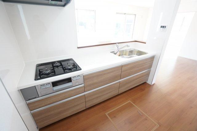 使いやすいシステムキッチンは引き出し収納に大きな鍋やフライパンも収納できます。広いキッチンで家族並んでお料理できますよ。おうち時間が楽しくなりそうですね。