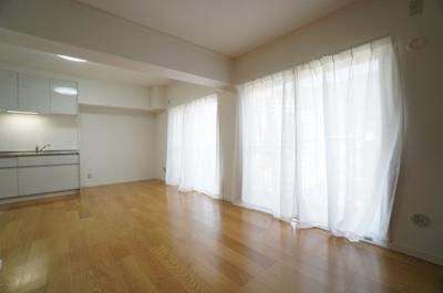 【陽当たり・風通しの良さがポイント!】 写真でこの部屋の良さがよく伝わればよいのですが、 日当たりの良さはもちろん、風通しがよく、 快適に過ごせそうです。