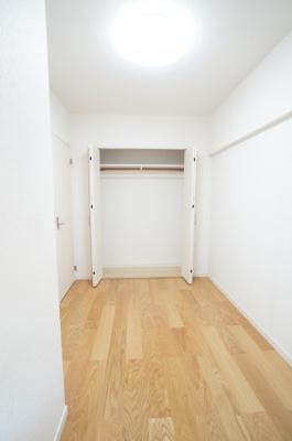 【たっぷり収納がポイント!】 コートやスーツだけでなく、収納棚を中にしまえば ニットやパンツも中にしまえて お部屋をすっきりとお使いいただけます! お部屋のコーディネートと幅が広がります♪