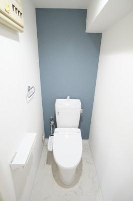 【機能がポイント!】 高機能のトイレです。 ペーパーホルダーも2連になっているので、 もしもの時も慌てない!