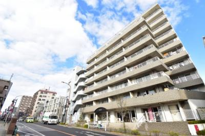 街並みに溶け込む佇まい。周辺の買い物環境、交通利便性も兼ね備えたマンションです。