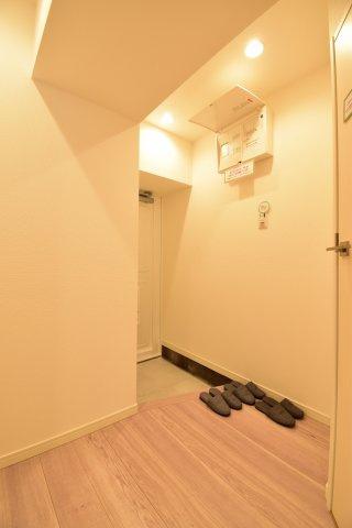 白を基調に清潔感のある玄関はお客様を招いても自慢のわが家となりそうです。