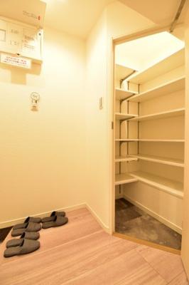 大容量のシューズインクロークが玄関回りの収納をお手伝い。いつでもスッキリ整理整頓。
