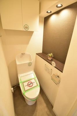 白を基調とした清潔感のあるトイレ、毎日使う場所だからお手入れのしやすい床材を選びました。