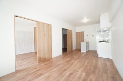 【約11.5帖のLDK】 和室とLDKの広さを考えると、 約22帖の大空間が生まれます! これだけ広さに余裕があると、 どういうライフスタイルで、 どうやって家具等を配置しようか悩みますね!