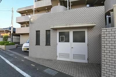 総戸数31戸、鉄筋コンクリート造の地上6階建マンション。
