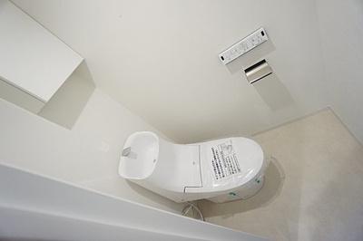 温水洗浄便座トイレは清潔感が印象的な空間ですね。