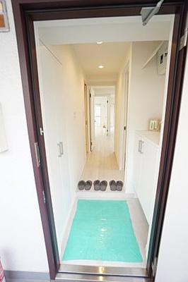 玄関は左右両面に下駄箱があり、たっぷりと収納できます。