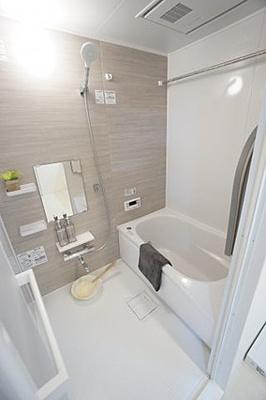広めの浴室は足を伸ばしてゆっくり湯船に浸かれますね。