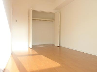 リビング横の洋室は上部に棚のある収納付きです。