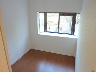 出窓もありインテリアも楽しめますね。
