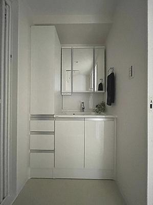 お支度時にも便利な三面鏡付き洗面台もあります。