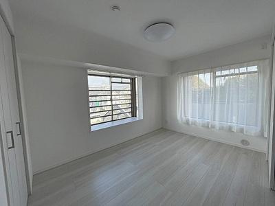 約6帖の洋室。出窓つきでお部屋が広く感じます。