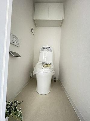 温水洗浄便座付きのトイレ。便利な収納棚付きです。