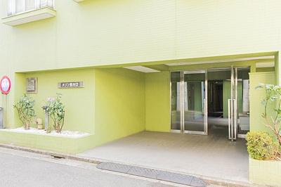 マンション敷地の入り口です。管理の行き届いたマンションです。